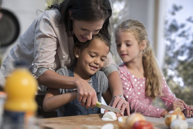 0_Mother-helping-daughters-in-kitchen